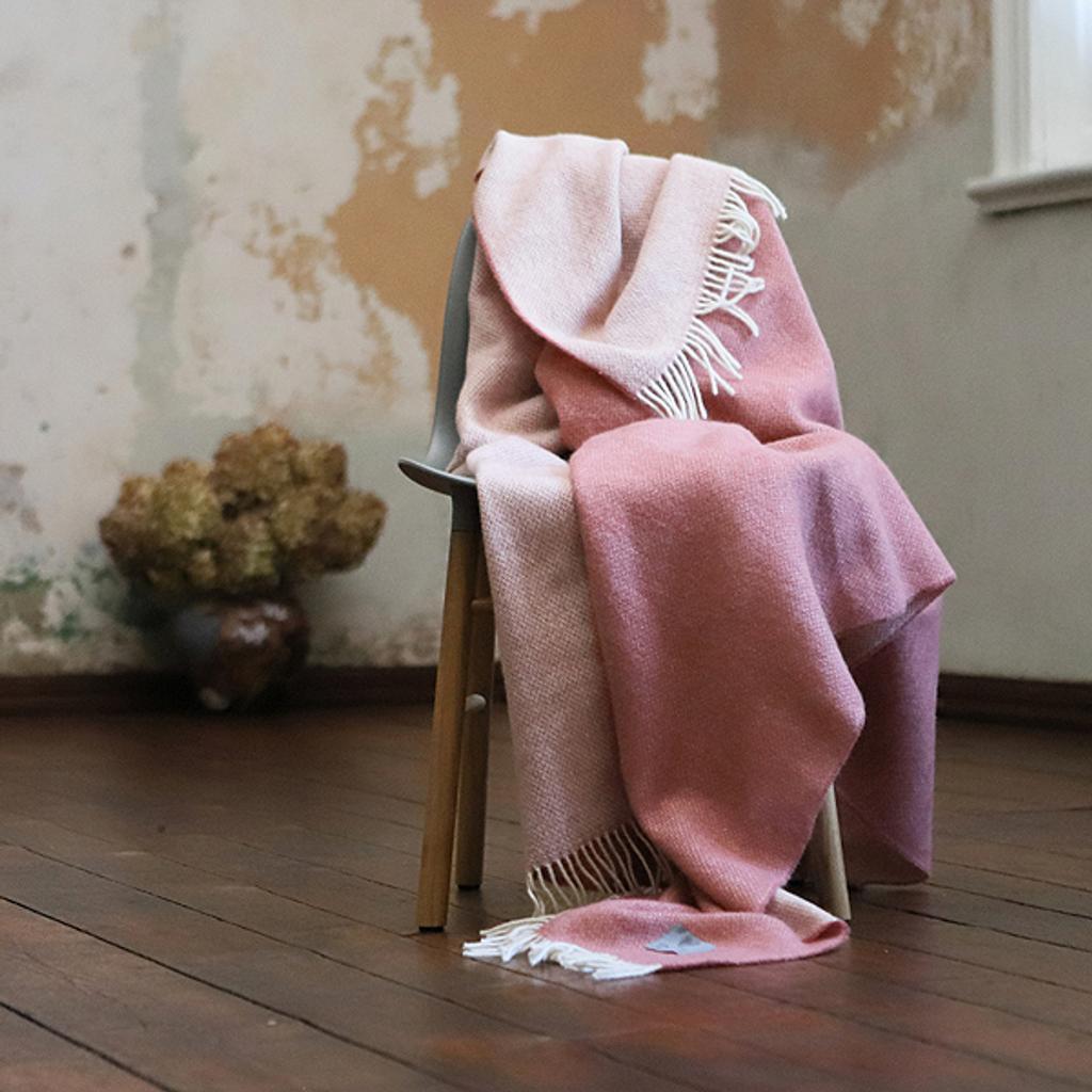wolldecke plaid roberto in rosa woolme. Black Bedroom Furniture Sets. Home Design Ideas