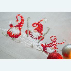 Christmas Gnomes Skiing theenap - voorgedrukt borduurpakket - Vervaco |  | Artikelnummer: vvc-172852