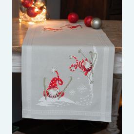 Christmas Gnomes Skiing loper - voorgedrukt borduurpakket - Vervaco |  | Artikelnummer: vvc-173615