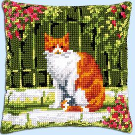 Red Cat between Flowers - Vervaco Kruissteekkussen |  | Artikelnummer: vvc-184400