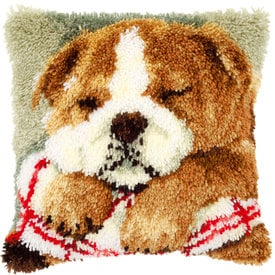 Sleeping Bulldog - knoopkussen Vervaco | Smyrna kussen met Bulldog puppy | Artikelnummer: vvc-147788