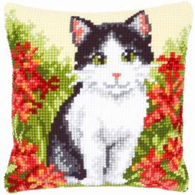 Cat in Flower Field - Vervaco Kruissteekkussen |  | Artikelnummer: vvc-143701