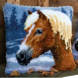 Horse in the Snow - smyrna kussen Vervaco | Knoopkussen met paard | Artikelnummer: vvc-178555