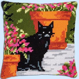 Black Cat between Flowers - Vervaco Kruissteekkussen |  | Artikelnummer: vvc-184395