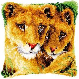 Lioness and Cub - knoopkussen Vervaco | Smyrna kussen met leeuwin en welpje | Artikelnummer: vvc-147954