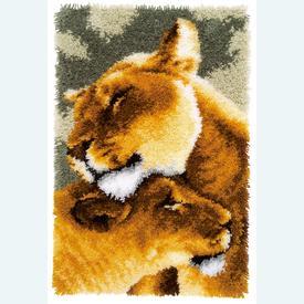 Lion Friendship - knooptapijt Vervaco  | Smyrna tapijt met knuffelende leeuwinnen | Artikelnummer: vvc-150913