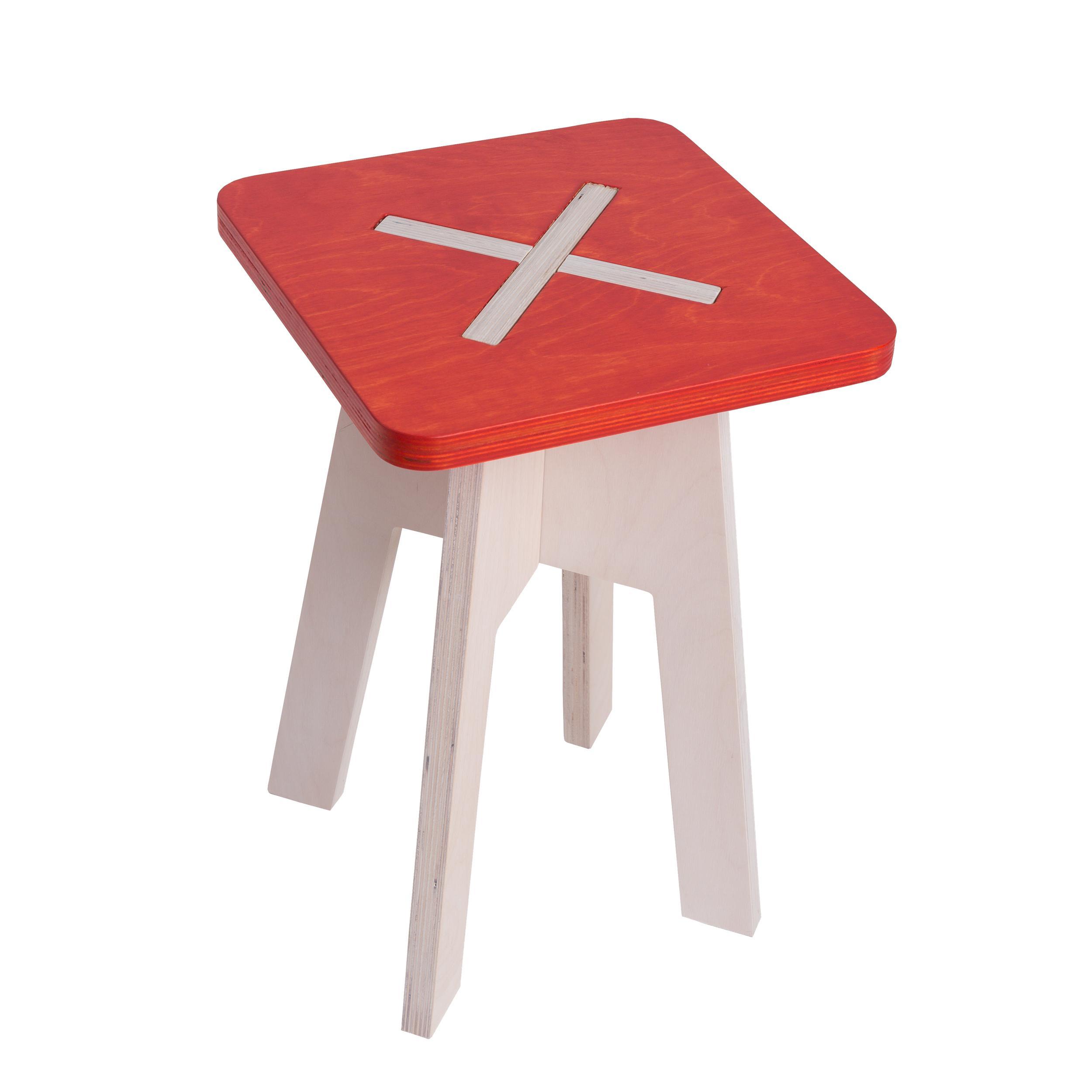 Eckiger hocker aus holz rot for Tische holz design